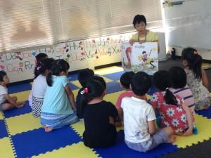 北九州での子どもへのジョリーフォニックス体験。子どもたちはお話を聞くことが大好き。